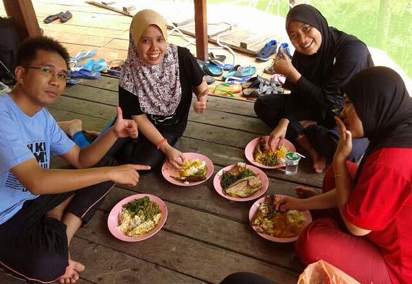 makan-makanan-kampung-atas-houseboat